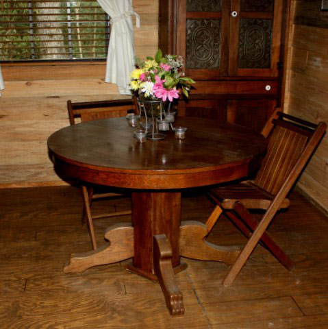 Pedestal table and chairs for meals in the snack kitchen